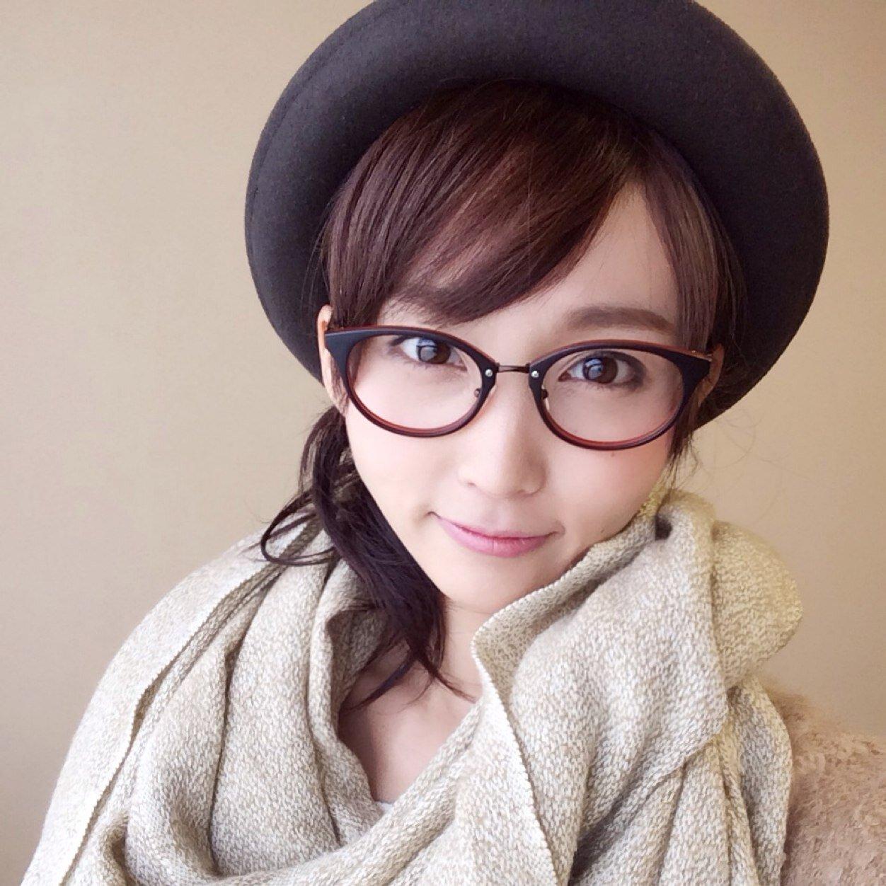 大きめ眼鏡をかけた吉木りさの私服の画像